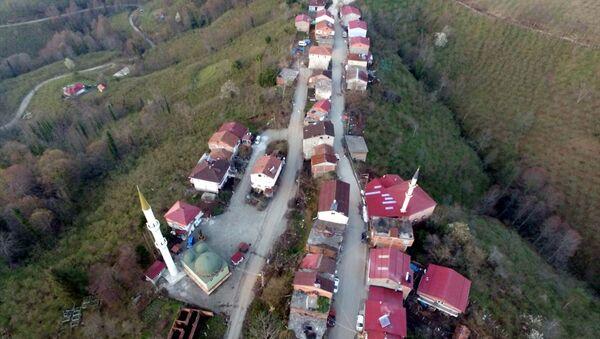 Samsun'un Terme ilçesine bağlı Ambartepe mahallesi (solda) ile Ordu'nun İkizce ilçesine bağlı Şenbolluk mahallesinin sakinleri (sağda), aynı cadde üzerinde karşılıklı oturdukları evlerde, 1 dakika arayla oruçlarını açıyor. İki kentin sınırı olan caddenin yarısının Samsun diğer yarısının ise Ordu'ya ait olması nedeniyle bölgede yaşayanlar ilginç bir durumla karşılaşıyor. - Sputnik Türkiye