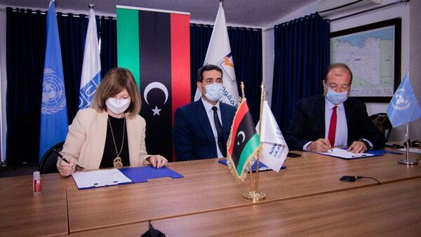 Fransa'nın Trablus BüyükelçiBeatrice Le Fraper du Hellen, Birleşmiş Milletler (BM) Kalkınma Programı ile Libya seçimlerini destekleme anlaşması imzalarken - Sputnik Türkiye