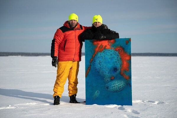 Yıllardır deniz ve buzullar altındaki yaşamı fotoğraflayan Lyaguşkin ve Belenıhin, Rusya'ya bağlı Beyaz Deniz'e kıyısı bulunan Karelya Cumhuriyeti'nin Nilmoguba kentinde buz altında fotoğraf sergisi açtı. - Sputnik Türkiye