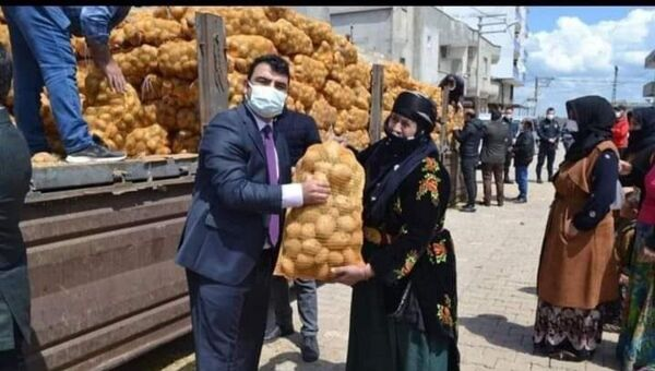 Hilvan Kaymakamı Coşkun Doğan ve patates - Sputnik Türkiye