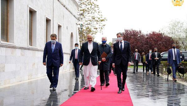 ABD Dışişleri Bakanı Antony Blinken, Kabil'de Afganistan Dışişleri Bakanı Muhammed Hanif Atmar ile yürürken - Sputnik Türkiye