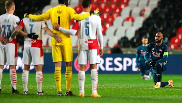 UEFA Avrupa Ligi Çeyrek Final rövanş maçında Çekya ekibi Slavia Prag ile Arsenal maçı öncesi Irkçılığa karşı diz çök organizasyonu gerçekleşirken, ev sahibi ekibin oyuncularının ayakta durması tepki çekti. - Sputnik Türkiye