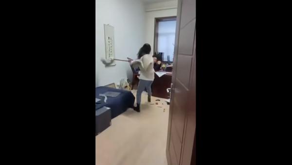Çinli kadın, kendisini ve iş arkadaşlarını taciz eden patronunu paspasla dövdü - Sputnik Türkiye