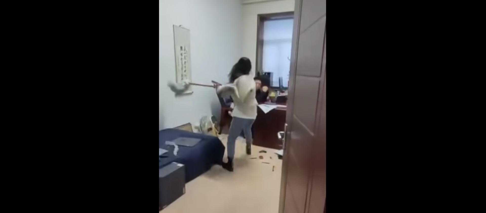 Çinli kadın, kendisini ve iş arkadaşlarını taciz eden patronunu paspasla dövdü - Sputnik Türkiye, 1920, 16.04.2021