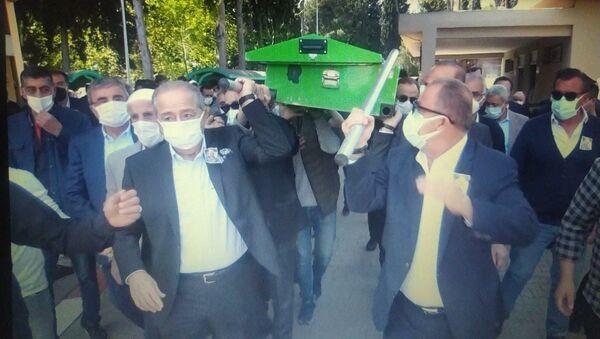 Cenaze sırasında tabutun direği Fatih Terim'in elinde kaldı - Sputnik Türkiye
