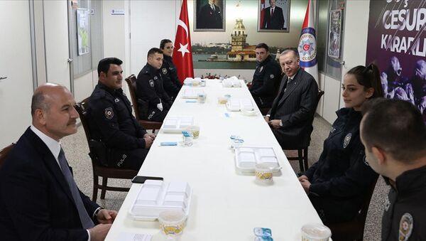Cumhurbaşkanı Erdoğan, İçişleri Bakanı Soylu ile birlikte Çengelköy Polis Merkezi'nde iftar yaptı - Sputnik Türkiye