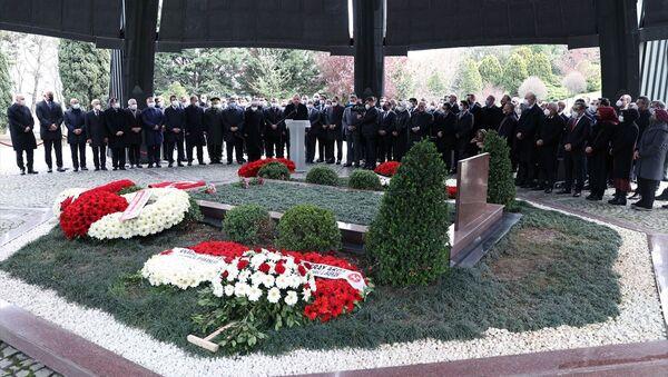 8. Cumhurbaşkanı Turgut Özal, vefatının 28. yılında Topkapı'daki Anıt Mezar'da Cumhurbaşkanı Recep Tayyip Erdoğan'ın da katıldığı törenle kabri anıldı. - Sputnik Türkiye