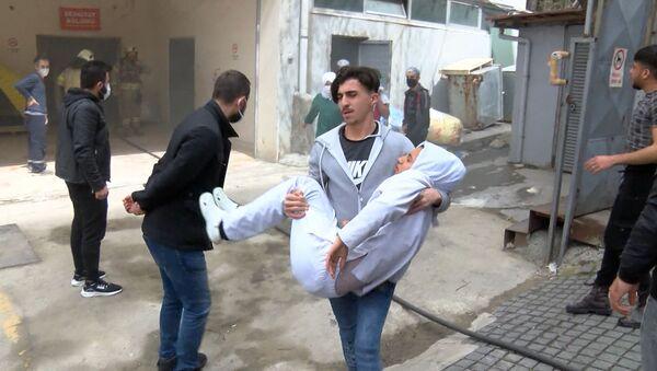 Bağcılar'da iş yerinde patlama: Yaralı işçiyi kucaklarında taşıdılar  - Sputnik Türkiye