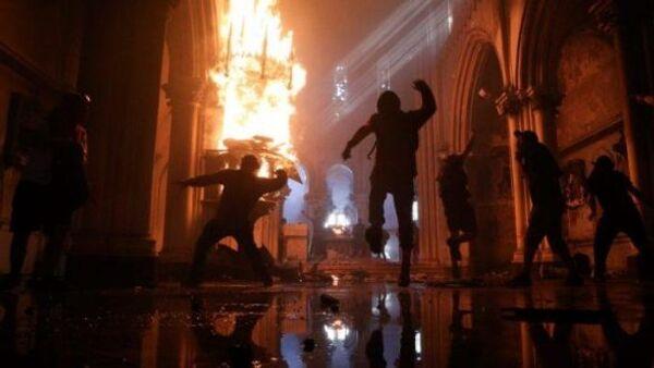 Şili'nin Araucania bölgesinde bir kilise kimliği belirsiz kişiler tarafından yakıldı. - Sputnik Türkiye