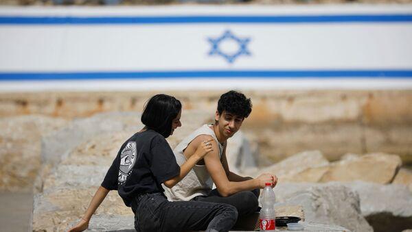 İsrail'de son sürat toplu aşılama sayesinde dışarıda maske takma zorunluluğu kaldırıldı.İsrailliler çıplak yüzle açık havaya çıkmanın tadını çıkardı. (18 Nisan 2021) - Sputnik Türkiye