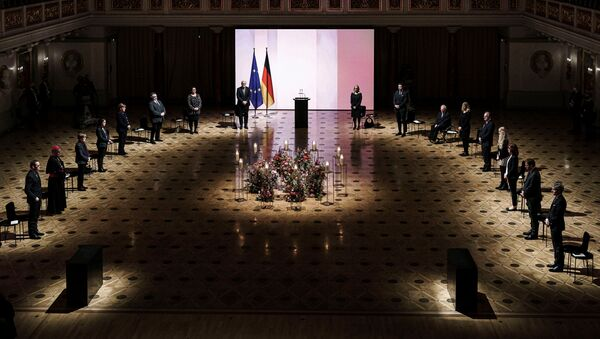 Berlin'de korona kurbanlarını anma törenine ölenlerin yakınlarını temsilen 5 kişinin yanısıra Cumhurbaşkanı Frank-Walter Steinmeier, Başbakan Angela Merkel, Federal Meclis Başkanı Wolfgang Schäuble, Federal Eyalet Temsilcileri Meclisi Başkanı Reiner Haseloff ve Anayasa Mahkemesi Başkanı Stephan Harbarth katıldı. - Sputnik Türkiye