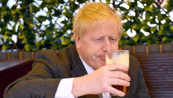 Başbakan Boris Johnson, Wolverhampton'daki yerel seçim kampanyası sırasında bir pub bahçesinde bira içerken (Batı Midlands, Britanya) - Sputnik Türkiye