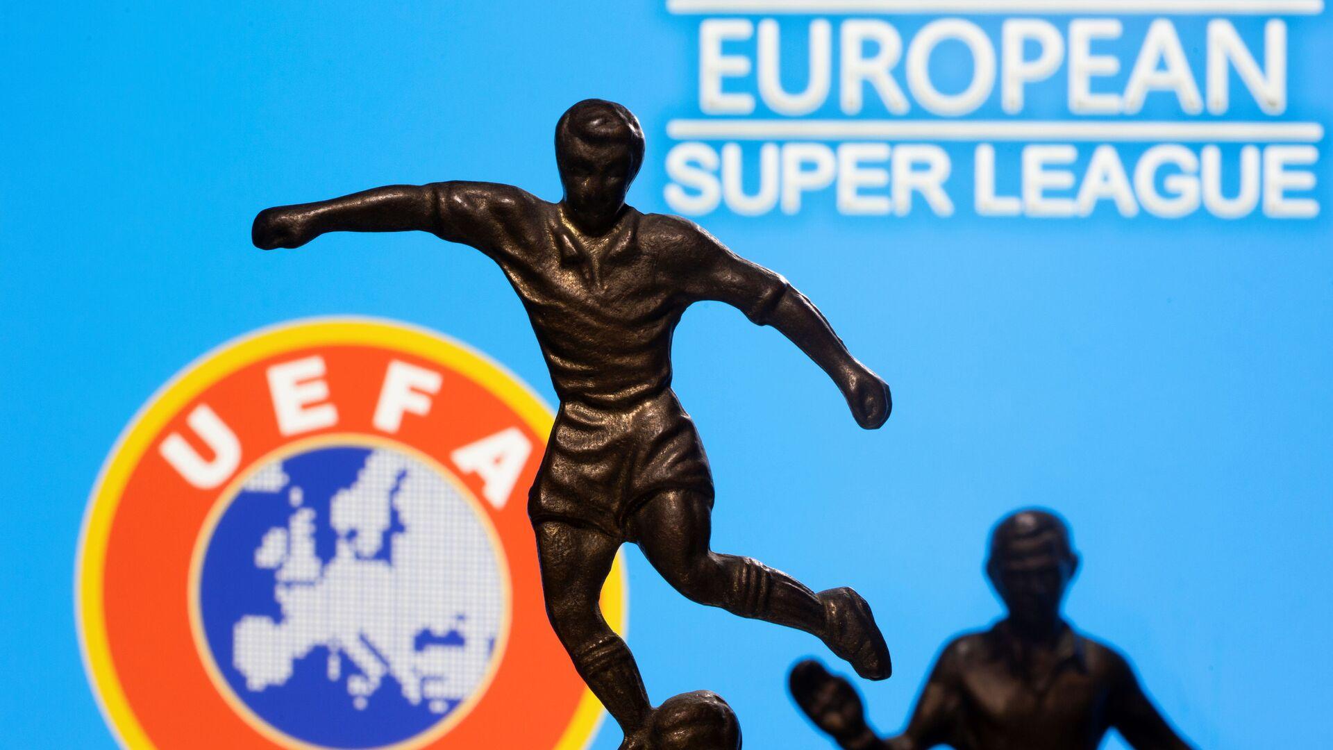 UEFA ve Avrupa Süper Ligi logoları önünde futbolcu bibloları - Sputnik Türkiye, 1920, 07.05.2021