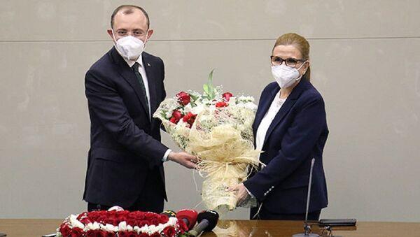 Ticaret Bakanlığı görevine atanan Mehmet Muş, düzenlenen devir teslim törenin ardından görevine başladı - Sputnik Türkiye