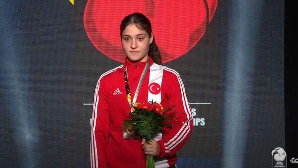 Milli sporcu Büşra Işıldar, Gençler Dünya Boks Şampiyonası'nda altın madalya kazandı. - Sputnik Türkiye