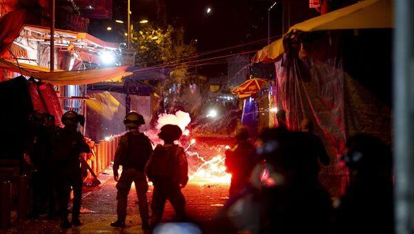 İsrail polisinin işgal altındaki Doğu Kudüs'te teravih namazı sonrası Filistinlilere ses bombaları ve toplumsal olaylara müdahale araçlarıyla (TOMA) müdahalesinde yaralı sayısı 105'e yükseldi. - Sputnik Türkiye