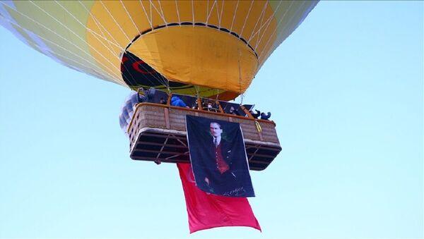 Kapadokya, balon, Türk bayrağı, Atatürk posteri  - Sputnik Türkiye
