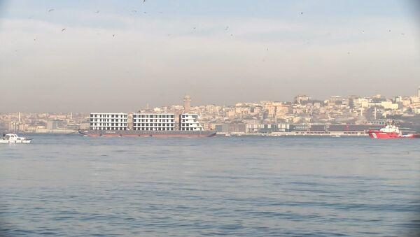 4 katlı 3 blok apartmanı andıran gemi, Panama bayraklı Christos LXI adlı bir römorkör, İstanbul Boğazı - Sputnik Türkiye