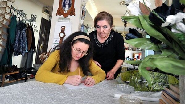 Bursa'da 39 yaşındaki Neslihan Köse, 20 yıl önce karbonmonoksitten zehirlendi. Kayıtlara ölü olarak geçen Köse, 6 ay bitkisel hayatta kaldı. Yaşanan olayın ardından bütün beyin hücreleri ölen talihsiz kadın, hayatını kendisine adayan annesi sayesinde yaşama tutundu. - Sputnik Türkiye