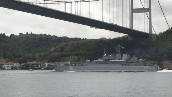 Rus savaş gemisi İstanbul Boğazı'ndan geçti - Sputnik Türkiye