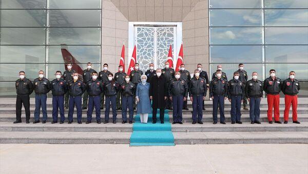 Recep Tayyip Erdoğan, Emine Erdoğan, pilotlar, Esenboğa Havalimanı - Sputnik Türkiye