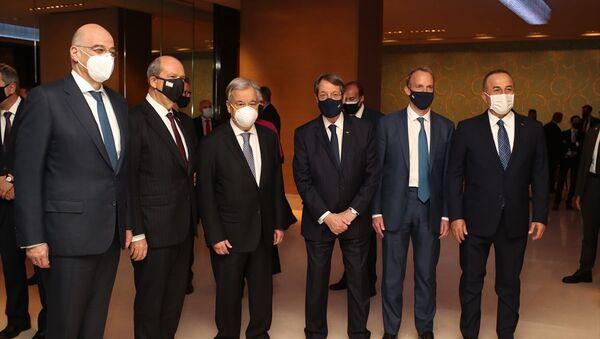 BM Genel Sekreteri Antonio Guterres, İsviçre'nin Cenevre kentinde düzenlenecek gayrıresmi Kıbrıs Konferansı öncesi taraflara resepsiyon verdi. Resepsiyona KKTC Cumhurbaşkanı Ersin Tatar (sol 2), Dışişleri Bakanı Mevlüt Çavuşoğlu (sağda), BM Genel Sekreteri Antonio Guterres (sol 3), İngiltere Dışişleri Bakanı Dominic Raab (sağ 2), Yunanistan Dışişleri Bakanı Nikos Dendias (solda)ve Kıbrıs Rum Kesimi Lideri Nikos Anastasiadis (sağ 3) katıldı. - Sputnik Türkiye