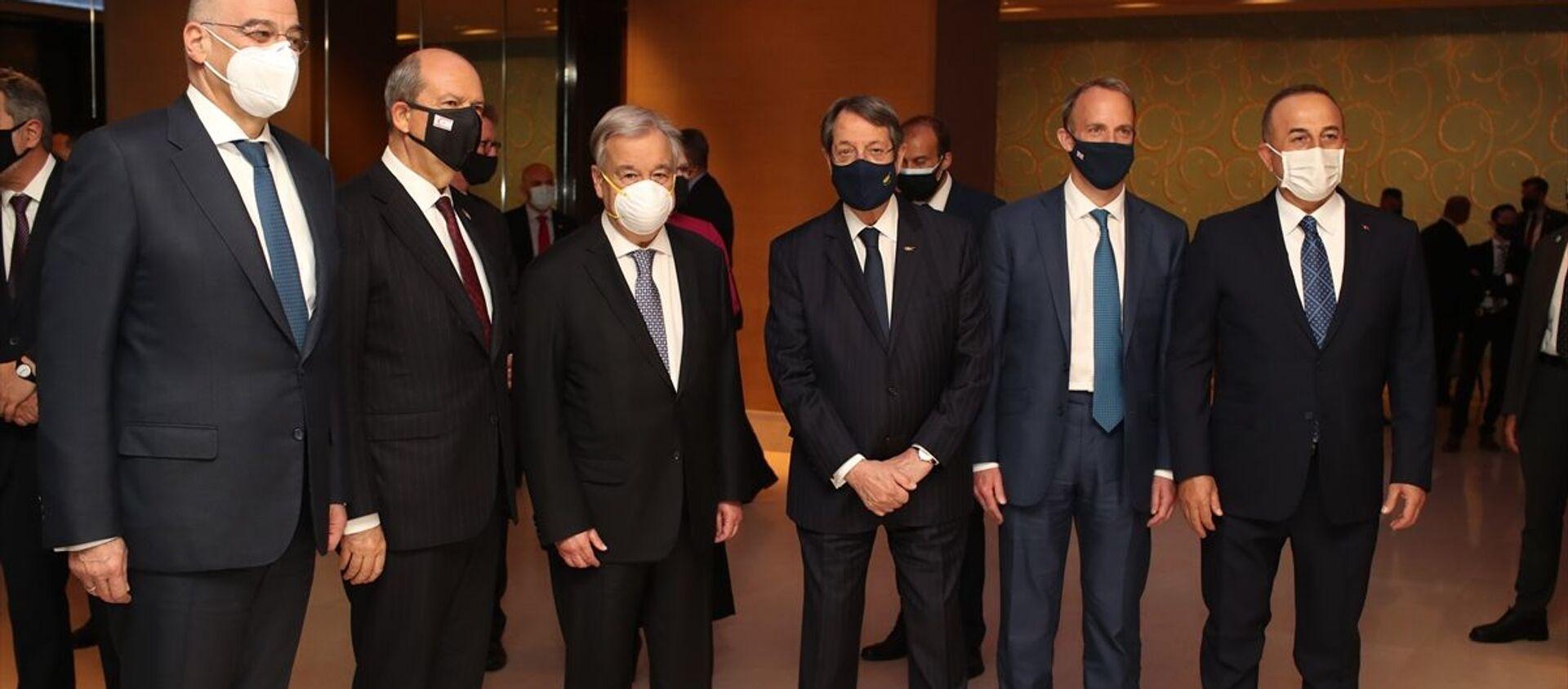 BM Genel Sekreteri Antonio Guterres, İsviçre'nin Cenevre kentinde düzenlenecek gayrıresmi Kıbrıs Konferansı öncesi taraflara resepsiyon verdi. Resepsiyona KKTC Cumhurbaşkanı Ersin Tatar (sol 2), Dışişleri Bakanı Mevlüt Çavuşoğlu (sağda), BM Genel Sekreteri Antonio Guterres (sol 3), İngiltere Dışişleri Bakanı Dominic Raab (sağ 2), Yunanistan Dışişleri Bakanı Nikos Dendias (solda)ve Kıbrıs Rum Kesimi Lideri Nikos Anastasiadis (sağ 3) katıldı. - Sputnik Türkiye, 1920, 28.04.2021
