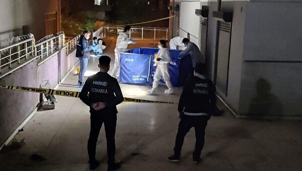 Polis baskınından kaçmaya çalışırken uyuşturucuyla birlikte 8. kattan atladı - Sputnik Türkiye