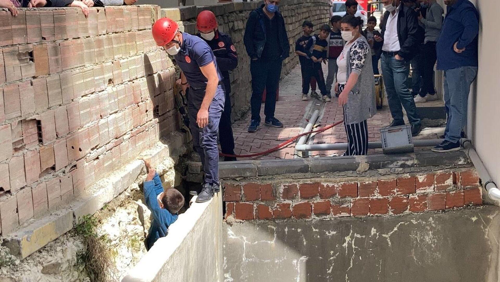 Arnavutköy, iki duvar arasına sıkışan çocuk - Sputnik Türkiye, 1920, 28.04.2021