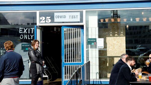 Danimarka'nın başkenti Kopenhagen'daki 'Warpigs Brewpub' isimli bar, 25 dolara verdiği hizmette, müşterilere hem Kovid-19 testi hem de bira servis ediyor.  - Sputnik Türkiye