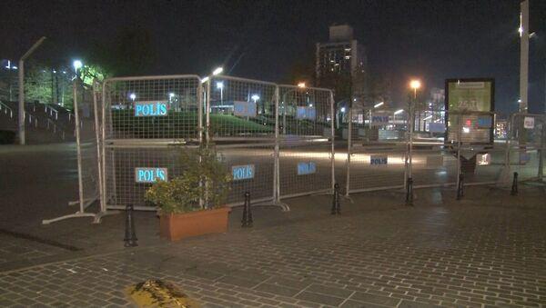 Taksim Meydanı'nda bulunan Gezi Parkı 1 Mayıs İşçi Bayramı öncesi polis barikatlarıyla çevrelendi. - Sputnik Türkiye