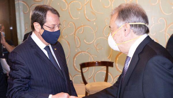 Kıbrıs Rum lideri Nikos Anastasiadis ile BM Genel Sekreteri Antonio Guterres (sağda), Cenevre'deki 5+1 Kıbrıs konferansında korona selamlaşmasında - Sputnik Türkiye