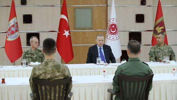Cumhurbaşkanı Recep Tayyip Erdoğan, 4. Kolordu Komutanlığını ziyaret ederek iftarda askerlerle bir araya geldi. - Sputnik Türkiye