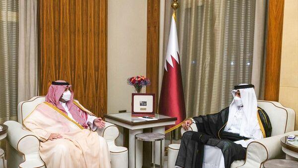 Katar Emiri Şeyh Temim bin Hamed Al Sani (sağda), Suudi Arabistan Devlet Bakanı Prens Turki bin Muhammed bin Fehd'i (solda) başkent Doha'da kabul etti. - Sputnik Türkiye