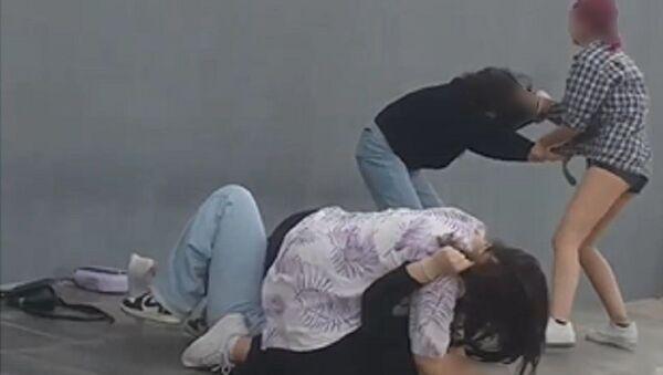 İzmir, fenomen olmak için iki kızı döven kızlar - Sputnik Türkiye