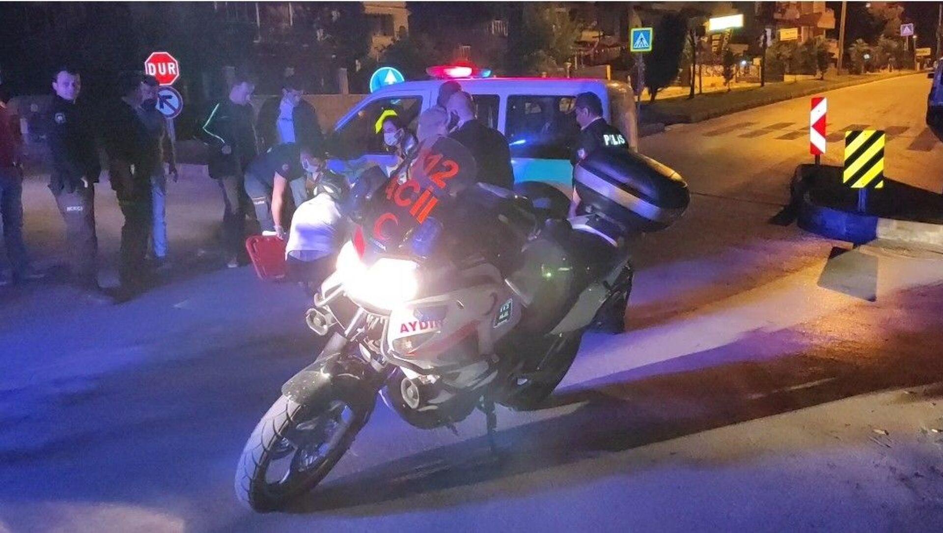 Aydın'ın Kuşadası ilçesinde polis otosuyla motorlu kurye kontrolsüz kavşakta çarpıştı. Kazada motosikletten düşerek yaralanan kurye ambulansla hastaneye kaldırıldı. - Sputnik Türkiye, 1920, 02.05.2021