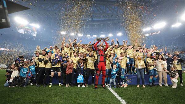 Rusya'da şampiyon Zenit: Artem Dzyuba kupa seremonisine 'Deadpool' kostümüyle çıktı - Sputnik Türkiye