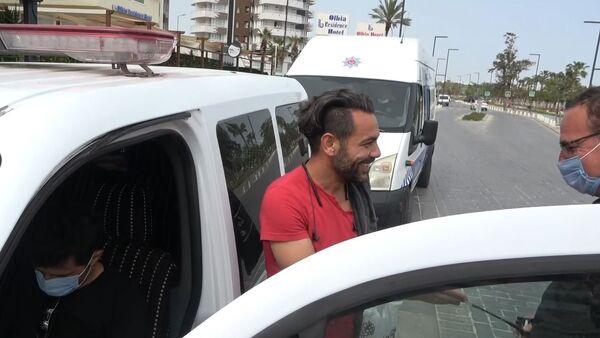 'Ceza yazılmasından çok mutlu oldum' deyip, polisin yanağından 'makas almak' istedi - Sputnik Türkiye