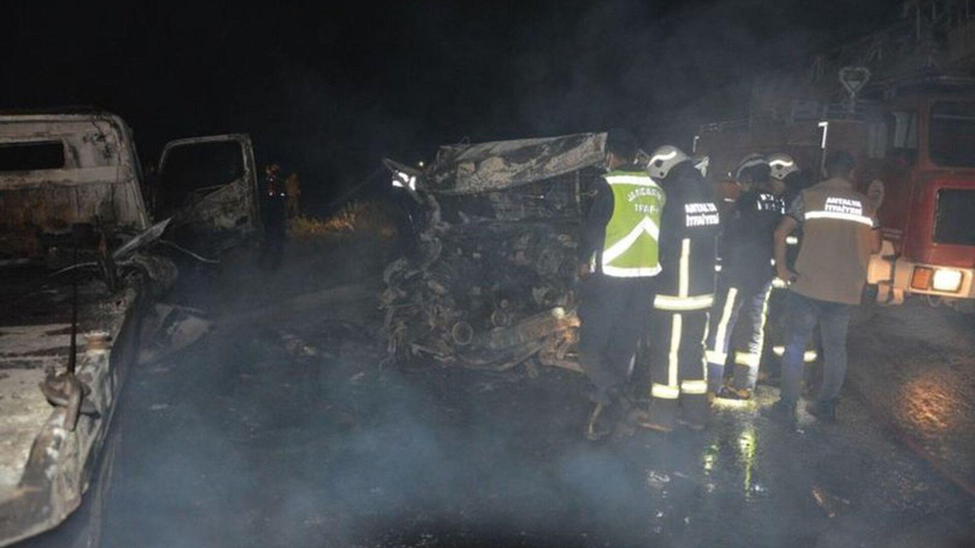 Antalya'da çekici ile kamyonet çarpıştı: 2 kişi yanarak öldü - Sputnik Türkiye, 1920, 04.05.2021