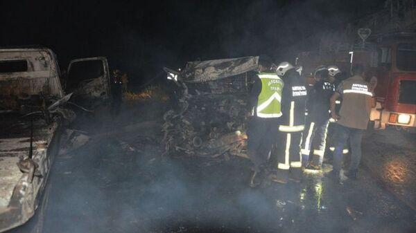 Antalya'da çekici ile kamyonet çarpıştı: 2 kişi yanarak öldü - Sputnik Türkiye