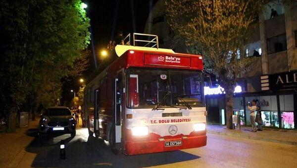 Bolu Belediyesi tarafından tam kapanma sürecinde evde kalan vatandaşlara moral vermek amacıyla düzenlenen mobil konser etkinliği kapsamında müzik yayını yaparak kenti dolaşan otobüs, valilik kararıyla polis tarafından durduruldu. - Sputnik Türkiye