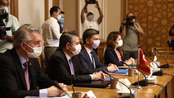 Dışişleri Bakan Yardımcısı Sedat Önal (sol 2) ve beraberindeki heyet, resmi temaslarda bulunmak üzere Mısır'ın başkenti Kahire'ye geldi.  - Sputnik Türkiye