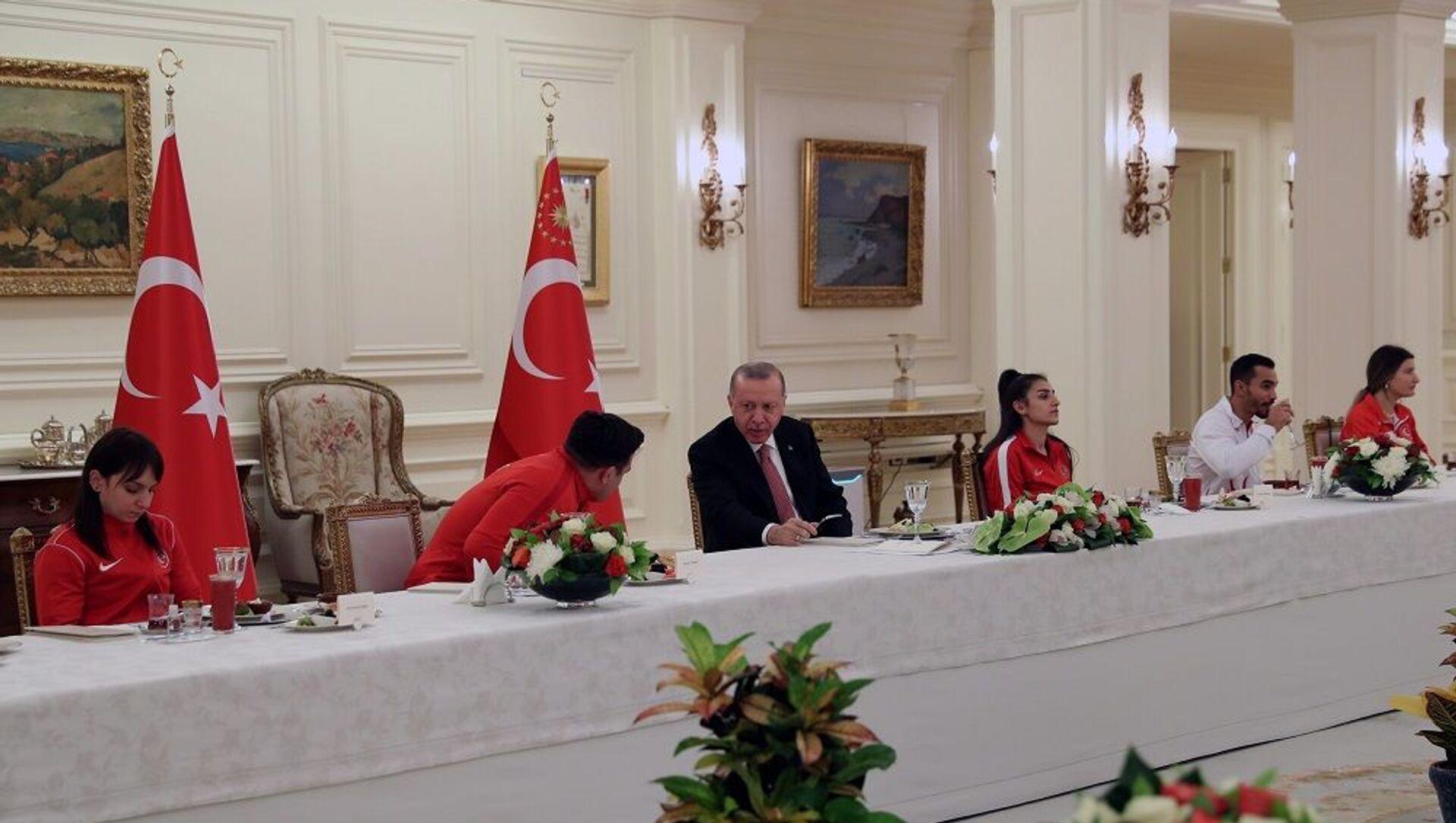 Cumhurbaşkanı Erdoğan, milli sporcularla iftar yaptı  - Sputnik Türkiye, 1920, 06.05.2021