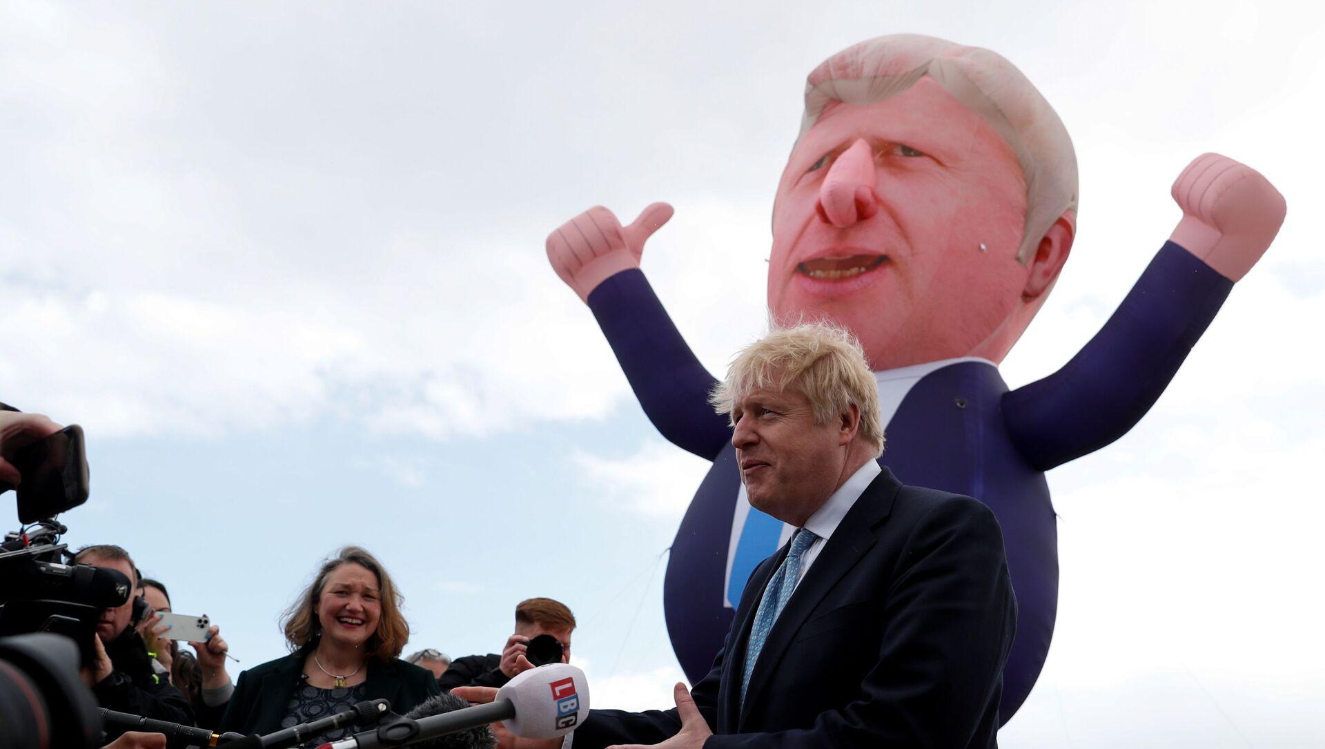 Britanya'nın İngiltere bölgesinde İşçi Partisi'nin kalesi Hartlepool'da ilk kez Muhafazakar Parti milletvekili çıkarmanın şerefine şişme bebeği önünde gazetecilere konuşan Başbakan Boris Johnson  - Sputnik Türkiye, 1920, 07.05.2021