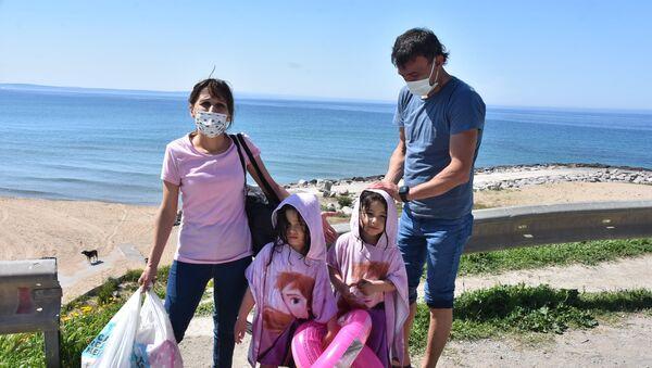 Sinop'ta denize giren Almanya vatandaşı aileye polis engeli: Antalya'da serbest burada mı yasak?  - Sputnik Türkiye