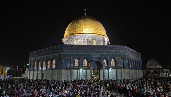 İşgal altındaki Kudüs'te yer alan Mescid-i Aksa'da dün akşam teravih namazı sırasında İsrail polisinin cemaate saldırısı sonucu çıkan olayların ardından binlerce Filistinli, Kadir Gecesi'nde teravih namazı için mescide akın etti. - Sputnik Türkiye