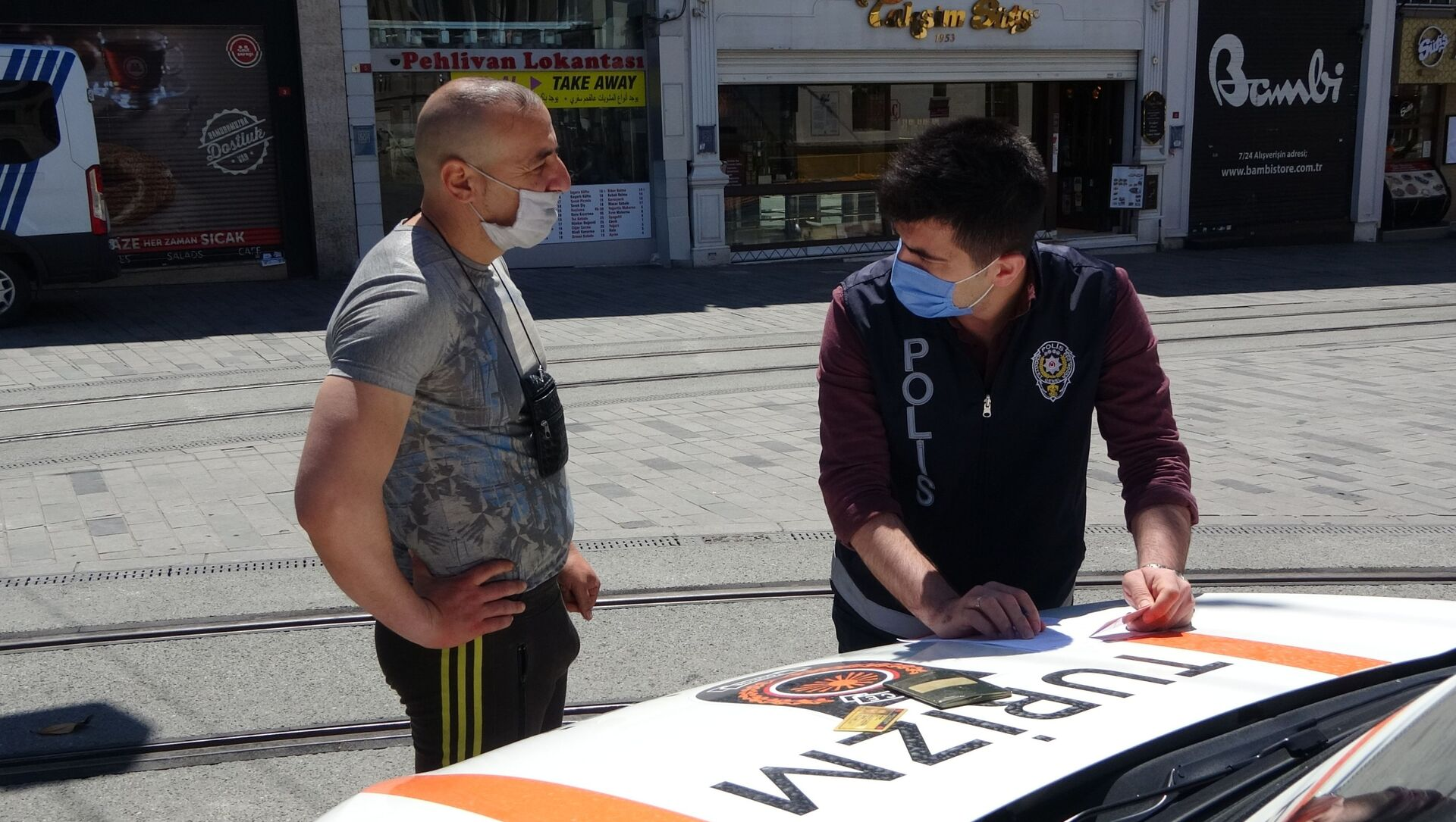 Taksim'de turistlere yönelik denetim: Oturma izni olanlara cezai işlem uygulandı - Sputnik Türkiye, 1920, 09.05.2021