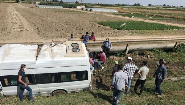 Tarım işçilerini taşıyan minibüs şarampole devrildi: 2'si ağır, 7 yaralı - Sputnik Türkiye