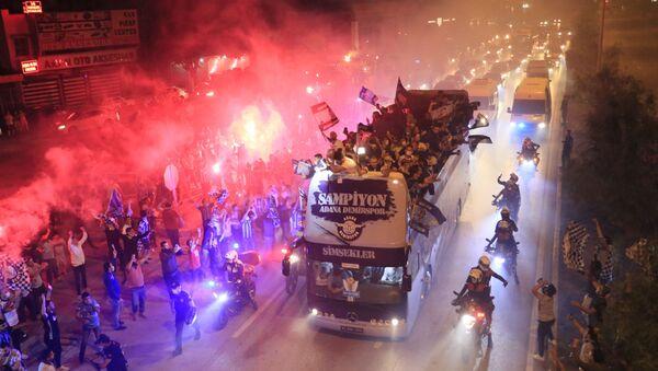 Adana Demirsporlu oyuncular, şehirde tur atarak şampiyonluğu kutladı - Sputnik Türkiye