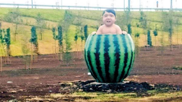 'Karpuz içinde çocuk' heykeli - Sputnik Türkiye
